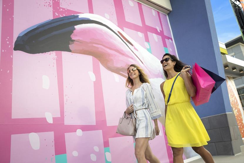 Daytona Beach: Women Shopping